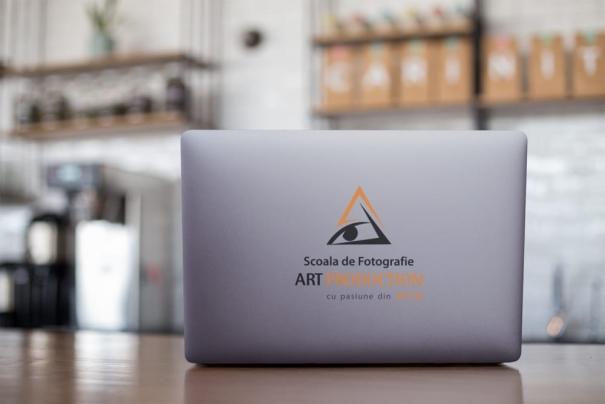 Personalizare imprimare carcasa laptop cu sigla firmei cadou Brasov
